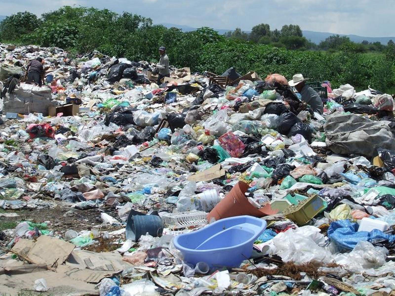 and basura Basura la basura es todo material considerado como residuo o desecho y que se necesita eliminar es producto de las actividades humanas y no necesariamente debe producir malos olores, repugnante o indeseable, pues todo dependerá de su origen.