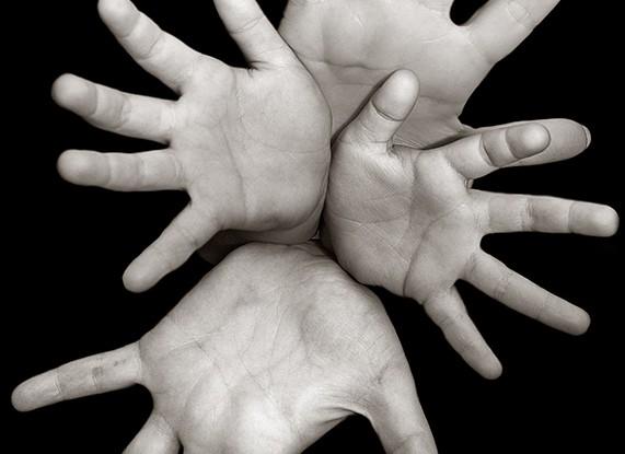 Menos puños cerrados y más manos abiertas.